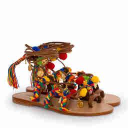 Brązowe sandały z pomponami