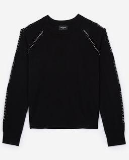 Sweter z metalowymi aplikacjami