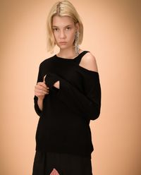 Sweter z wycięciami