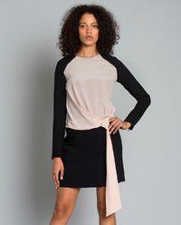Kontrastowa sukienka z wiązaniem
