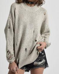 Vlněný svetr s dírami
