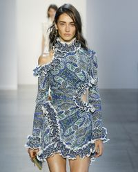 Sukienka z plisowanym wykończeniem