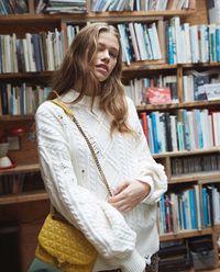 Sweter z przetarciami