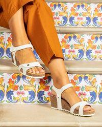 Białe sandały skórzane na koturnie