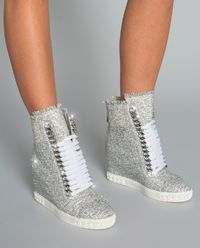 Sneakersy na skrytém klínu