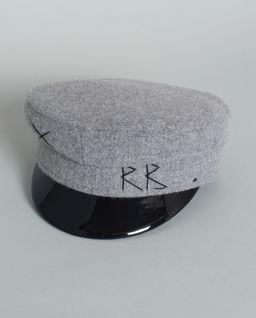 Vlněná čepice se štítkem