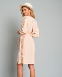 Sukienka z koronkowymi aplikacjami