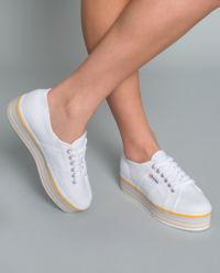 Sneakersy z kolorową podeszwą
