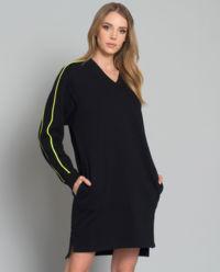 Šaty s neonovým logem
