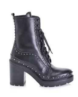 Kotníkové boty na sloupku