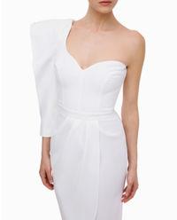 Biała sukienka na jedno ramię