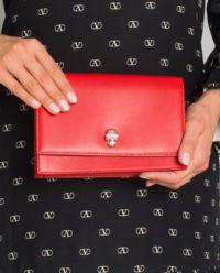 Červená kabelka s lebkou