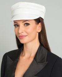 Bílá, vlněná čepice se štítkem