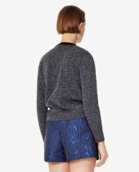 Sweter z kamieniami ozdobnymi