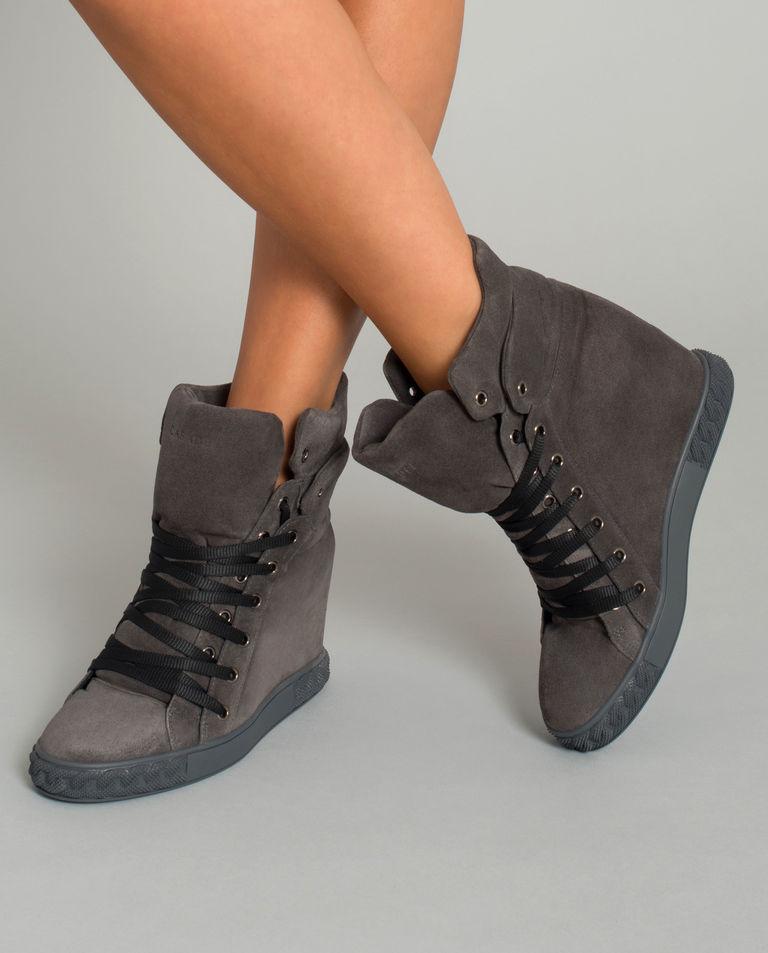 Zamszowe sneakersy na koturnie