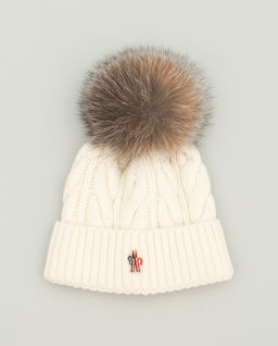 Biała czapka z pomponem