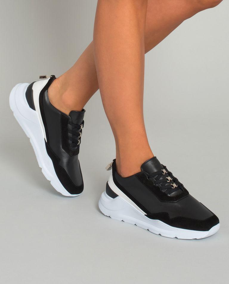 Sneakersy z kontrastową podeszwą