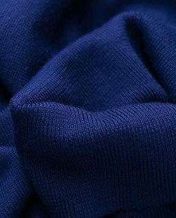 Granatowy sweter z golfem