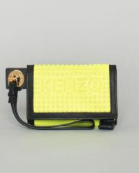 Žlutá peněženka s logem