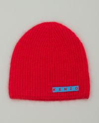 Červená čepice s logem