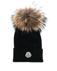 Czarna czapka z pomponem