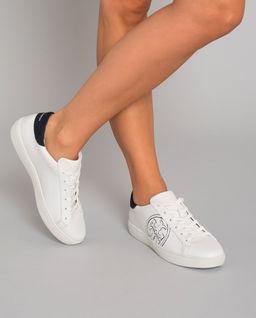 Białe sneakersy z logo