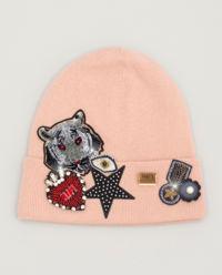 Różowa czapka z naszywkami