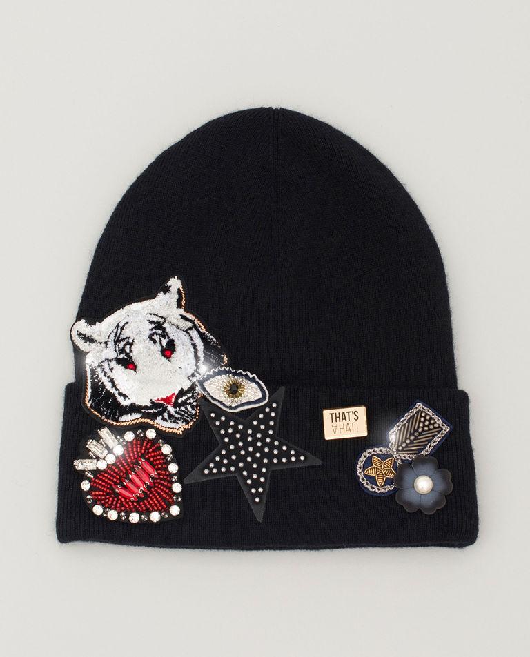 Czarna czapka z naszywkami