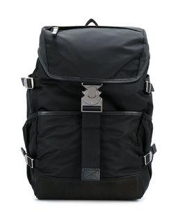 Czarny plecak z klamrą