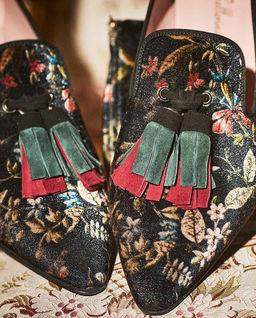 Loafery z aksamitu w kwiaty