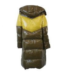 Pikowany płaszcz z zamkami po bokach