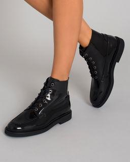 Černé lakované botky