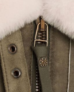 Brązowa kurtka z futrzanym kołnierzem