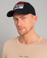 Czarna czapka z daszkiem i wzorem