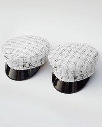 Biały kaszkiet z lakierowanym detalem