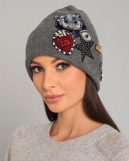 Szara czapka z naszywkami