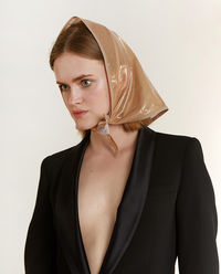 Beżowa chustka wiązana pod szyją