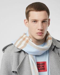 Niebieski szalik w kratę