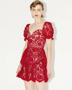 Czerwona sukienka z koronki