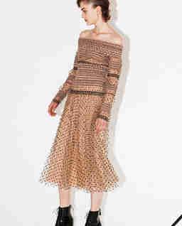 Tiulowa sukienka off-shoulder