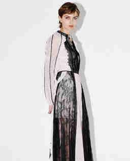 Kontrastowa sukienka z koronką