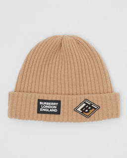 Beżowa czapka z naszywkami
