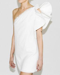 Sukienka z asymetrycznym rękawem