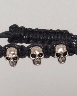 Czarna bransoletka z czaszkami
