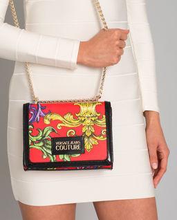 Czerwona torebka z logo marki