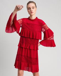 Czerwona sukienka z falbankami i koronką