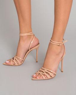 Beżowe sandały z lakierowanej skóry