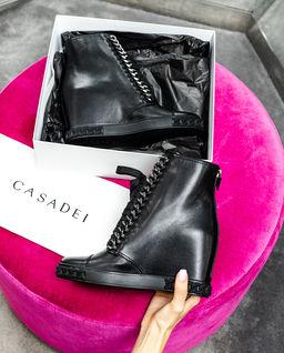 Czarne sneakersy na koturnie