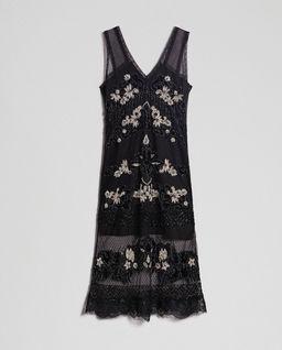 Sukienka z kwiatową aplikacją