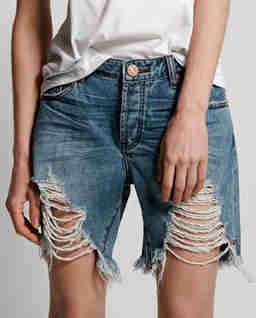 Postrzępione spodenki jeansowe